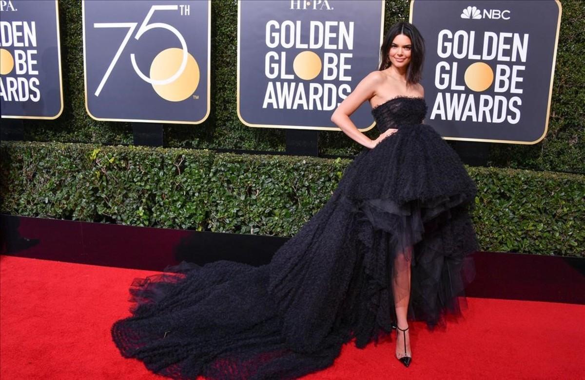 Kendall Jenner posa en la alfombra roja de los Globos de Oro.