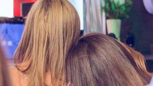Las espaldas y nucas de Belén Esteban (izquierda) y su hija Andrea, en una imagen que ha colgado la primera en Instagram.