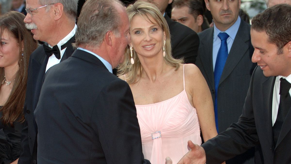 BARCELONA, SPAIN - MAY 22: Spanish King Juan Carlos of Spain (L) and Corinna zu Sayn-Wittgenstein attend the Laureus Sports Awards 2006 at Parc del Forum on May 22, 2006 in Barcelona, Spain. (Photo by Carlos Alvarez/Getty Iages)