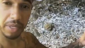 Lewis Hamilton recoge plásticos en una playa