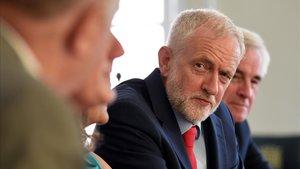 El líder laborista, Jeremy Corbyn, durante la reunión que ha mantenido este martes con otros líderes de la oposición.
