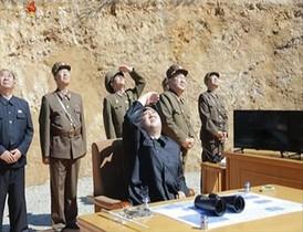 El líder norcoreano Kim Jong-un observa el lanzamiento del misil de largo alcance.