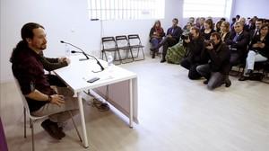 El líder de Podemos, Pablo Iglesias, en una reunión con representantes de unas 40 embajadas, este viernes, 11 de noviembre, en Madrid.