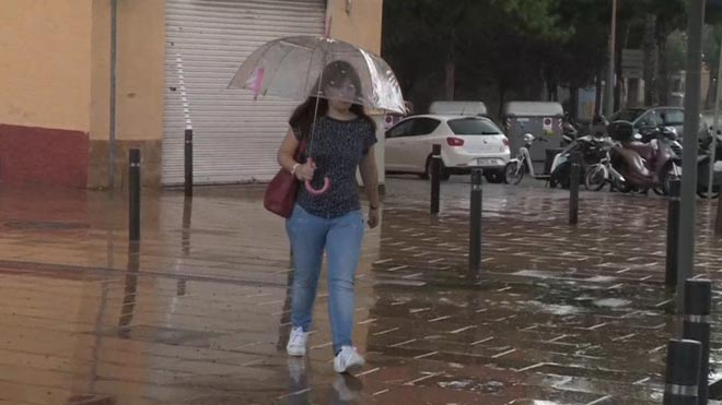 Lluvias en Catalunya: lluvia en las calles de Barcelona.