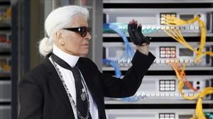 Karld Lagerfeld, director creativo de Chaenel ,al final de su desfile de París, este martes.