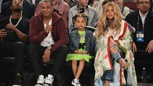 Blue Ivy, con sus padres en un partido de la NBA.