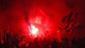 Los aficionados del Barça sacaron bengalas en la grada del estadio Olympique de Lyón.
