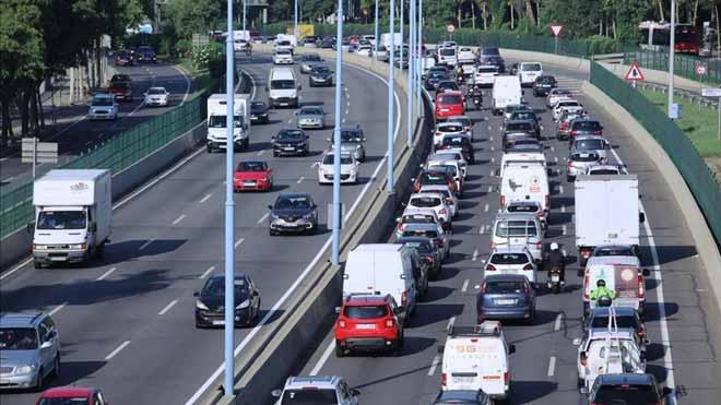 Los autónomos que ingresen menos de 8.000 euros anuales podrán circular durante el 2020 por la Zona de Bajas Emisiones en Barcelona. Así lo explica el concejal de Transición energética y emergencia climática del Ayuntamiento de Barcelona, Eloi Badia.