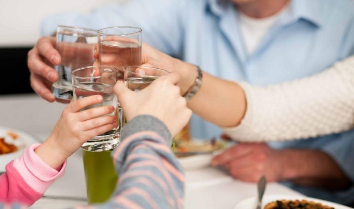 El 30% de los españoles cree que brindar con agua trae mala suerte.