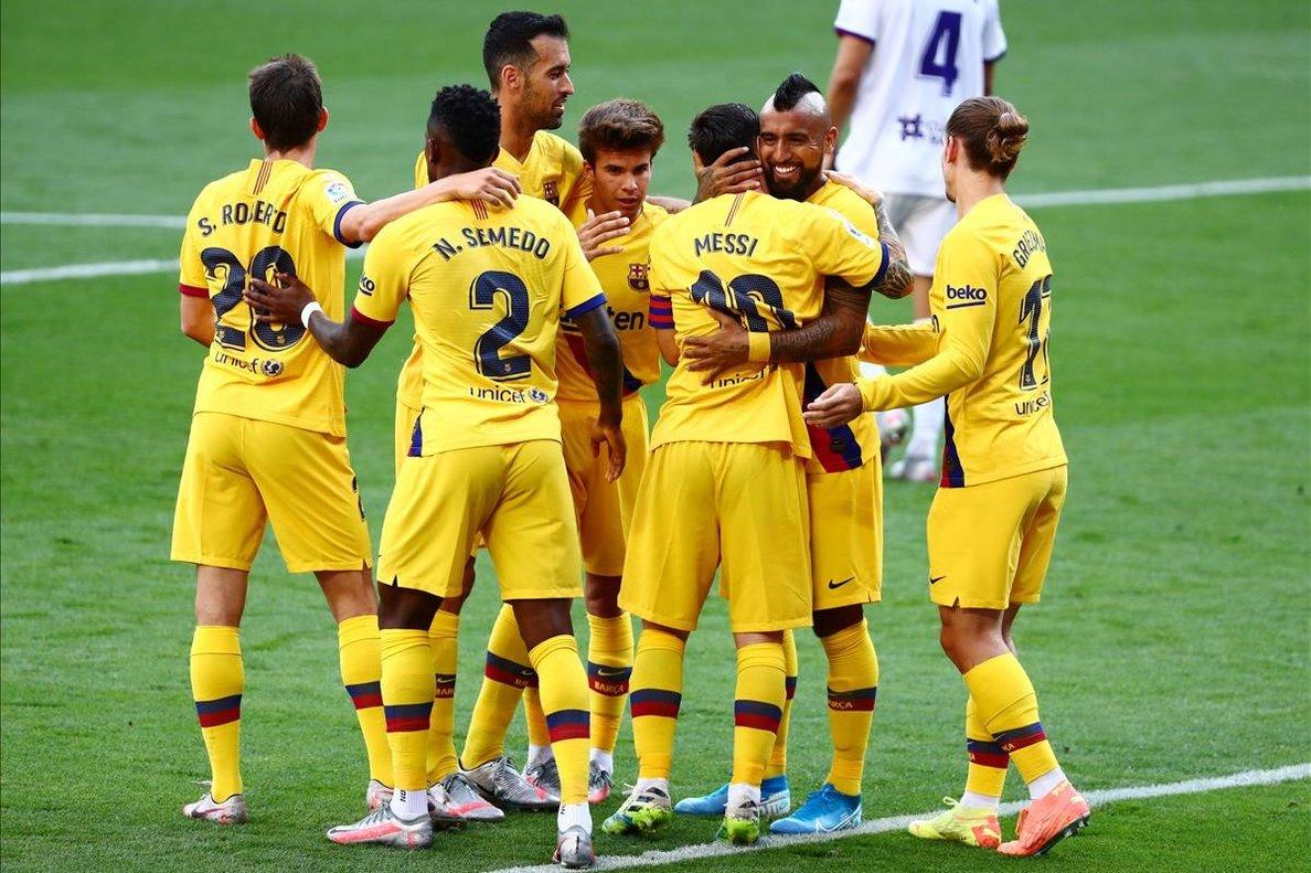 Los jugadores del Barça celebran el gol de Arturo Vidal ante el Valladolid