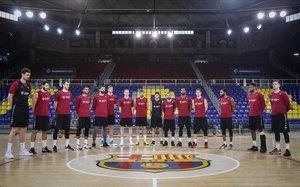 Los jugadores del Barça, formados en el centro del Palau, durante el homenaje a Kobe