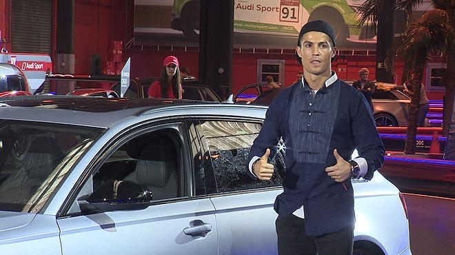 Los jugadores del Real Madrid reciben sus nuevos coches Audi.