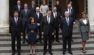 Los miembrosdel Gobierno, en las escalinatas del palacio de la Moncloa.