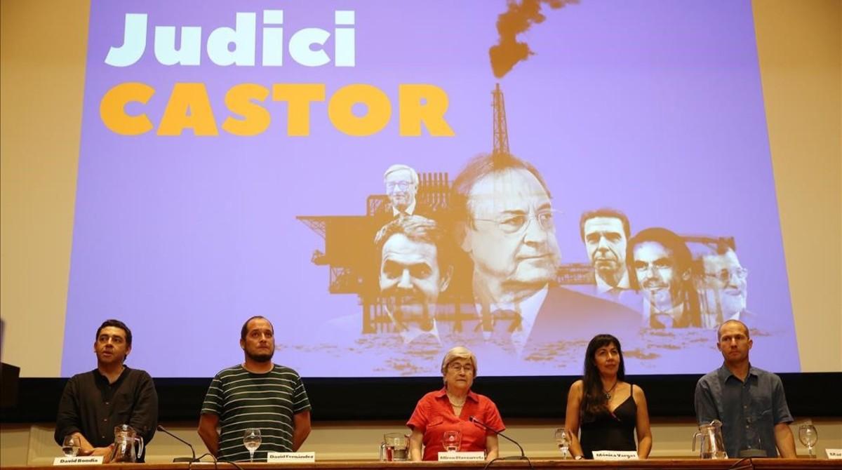 Los cinco miembros del tribunal popular por el escándalo del Castor, en el Col.legi d'Advocats de Barcelona.