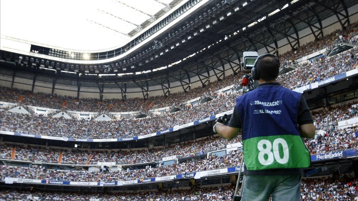 Cámara durante la retransmisión en una cadena de pago de un partido dela Liga de fútbol.