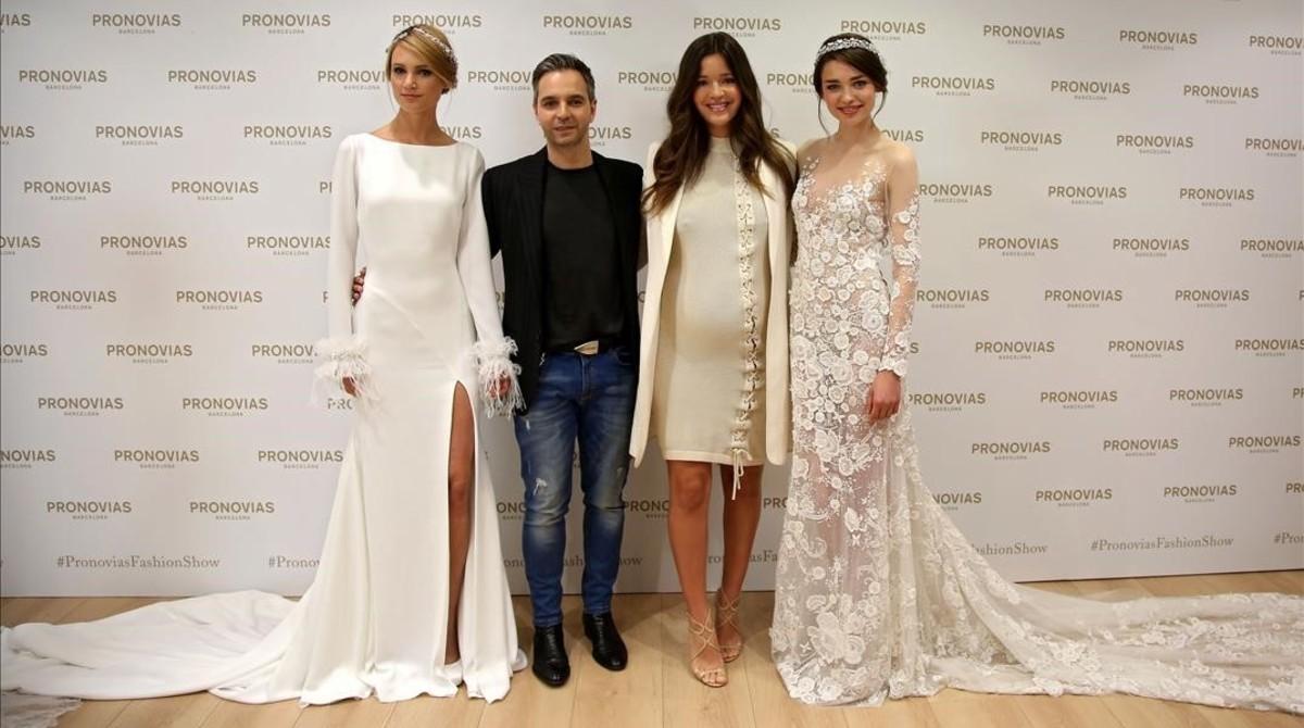 Malena Costa posa junto a Hervé Moreau,director creativo de Pronovias y dos modelos, en el atelier que poseela firma en Barcelona.