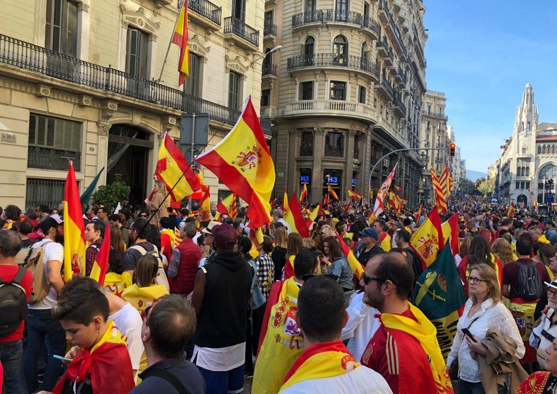 Manifestantes ante la Jefatura de Via Laietana, este domingo.