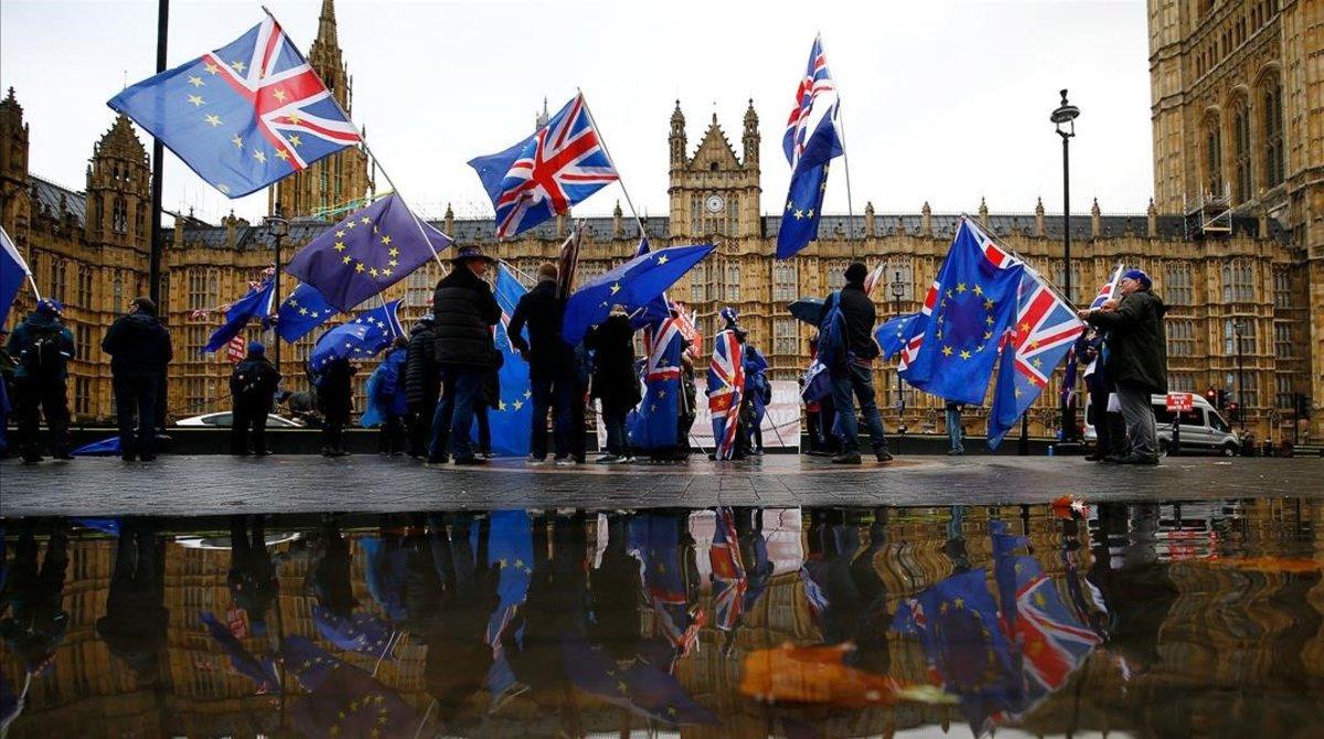 Manifestantes contrarios al 'brexit' ante el Parlamento, ayer.