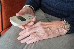 Desde los Servicios Sociales municipales se hacen llamadas a las personas mayores que viven solas.