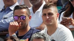 Marco Verratti, junto a un amigo, mira un partido del pasado Roland Garros.