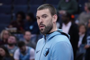 AME5142. MEMPHIS (ESTADOS UNIDOS), 28/01/2019.- Marc Gasol de Memphis Grizzlies reacciona este lunes, previo a un partido de la NBA entre los Memphis Grizzlies y los Denver Nuggets, en el FedEx Forum de Memphis (EE.UU.). EFE/ Karen Pulfer Focht