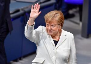Merkel saluda a su llegada a la sesión del Bundestag para ser investida una vez más cancillera alemana.
