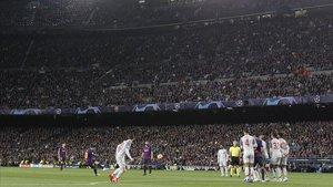 Messi lanza la falta del 3-0 al Liverpool, su gol 600 con el Barça.