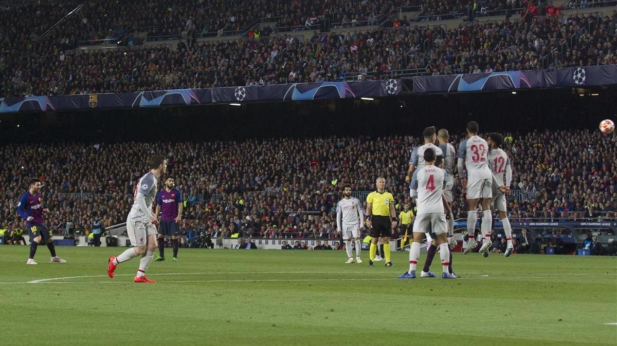 Messi tras lanzar la falta que acabó en gol al Liverpool en el Camp Nou.