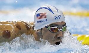 Michael Phelps, con unas visibles marcas rojas en su piel, en las series de los 200 mariposa
