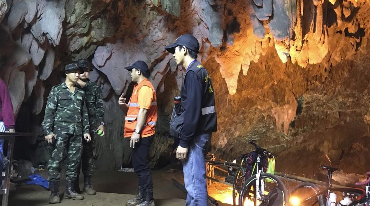 Miembros del equipo de rescate hablan mientras la búsqueda de los 12 chicos continúa.