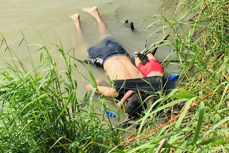 Imagen del padre y su inmigrantes ahogados en el río Bravo, México.