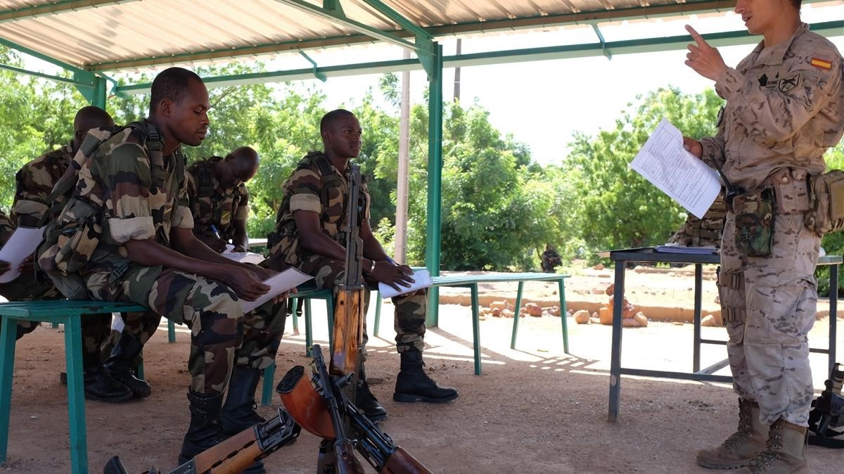 Un militar español da clases a militares malienses, en la base de Koulikoro.