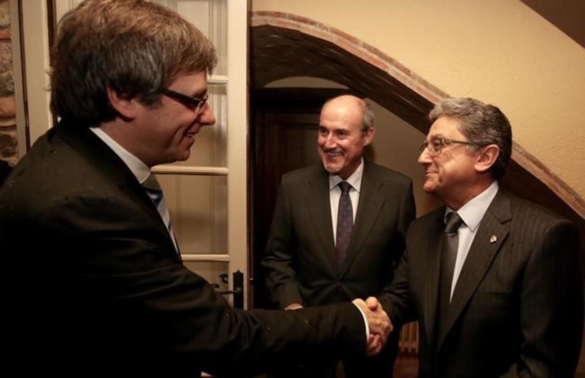 Carles Puigdemont saluda a Enric Millo.