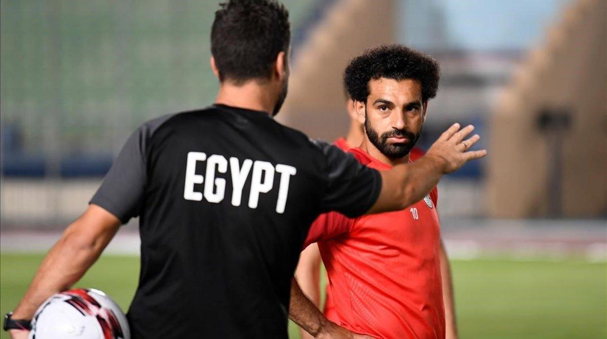 Mohamed Salah atiende a las instrucciones de un técnico de Egipto en el último entrenamiento.