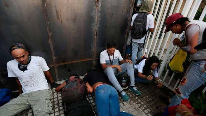 Muere una segunda persona en las protestas de Venezuela, según datos de ONGs. En la foto, manifestantes se recuperan después de estar expuestos a gases lacrimógenos.