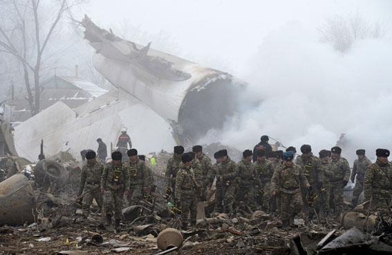 El personal de rescate busca supervivientes y las cajas negras junto al avión, en Kirguistán