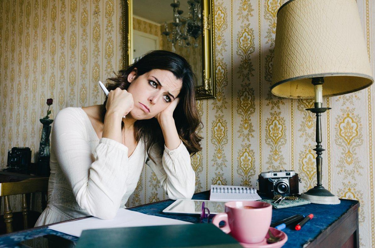 Mujer cansada trabajando en casa.