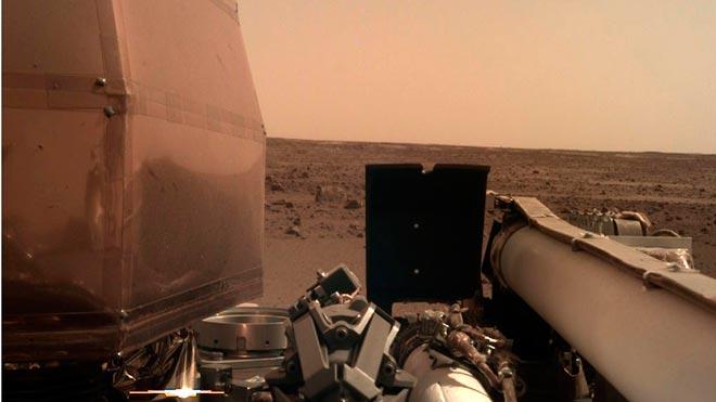 La nave Insight aterriza con éxito en Marte. En la foto, una imagen del planeta tomada por la sonda con su brazo robótico.