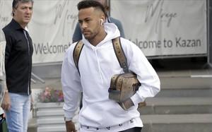 Neymar deja el lugar de la concentración de Brasil en Kazán, camino del aeropuerto