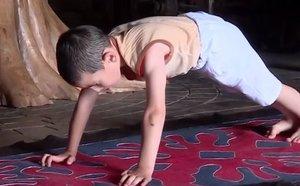 Un niño de seis años bate el récord de flexiones y gana un piso para su familia