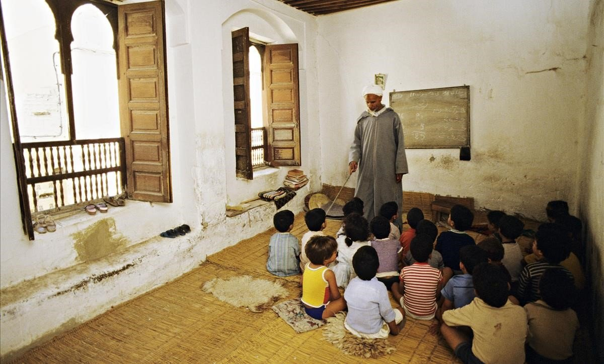 Niños en una clase de una escuela islámica en Fez.