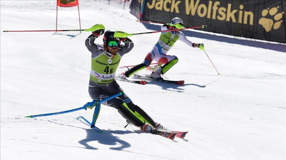 El noruego Nestvold-Haugen (izquierda) y el suizo Zenhaeusern, en su manga de la final de la prueba por equipos.