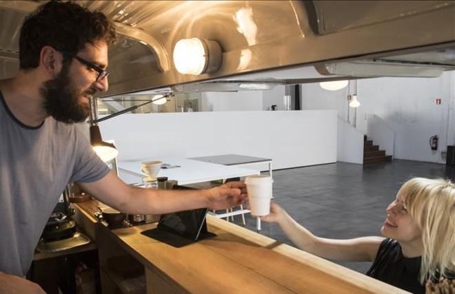 En esta cafetería sirven desde una furgoneta Citroën HY de 1972