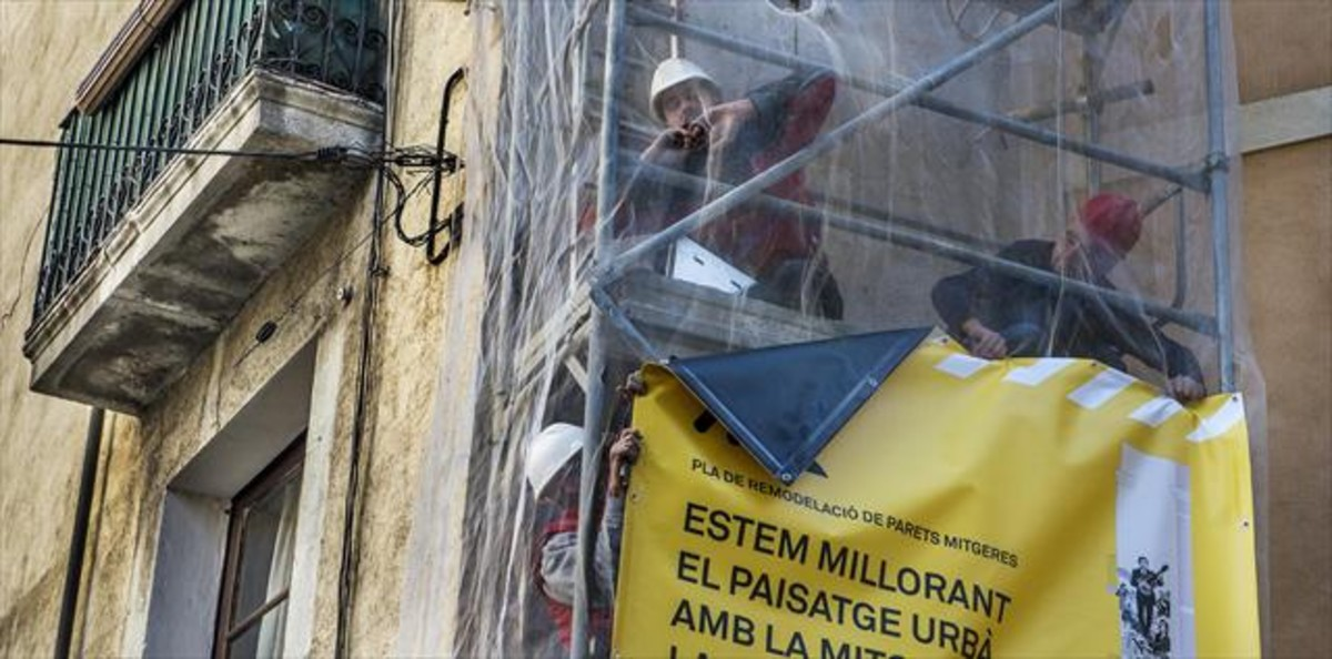 Obras de rehabilitación en un edificio del Raval de Barcelona.