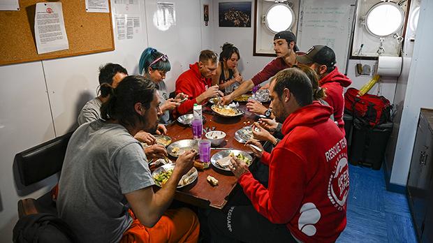 La tripulación del Open Arms ya está lista para zarpar y hacer llegara los campamentos de refugiados en Grecia la ayuda humanitaria que han podido recoger, pero debido al mal tiempo, su salida prevista para hoy, se demora hasta la próxima semana.