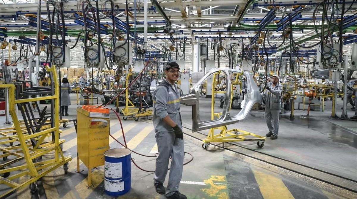 Un operario en la planta de Renault en Tánger.