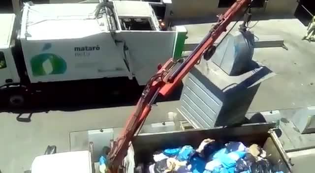 Operarios de la empresa FCC mezclan en un camión las fracciones de papel y de rechazo.