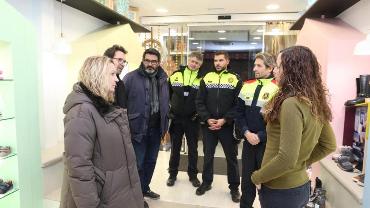 La Policia Local de Viladecans, els Mossos i els regidorsAnselmo Sánchez i CarmeGimeno fan una ronda informativa per diferents establimentsde la ciutat.