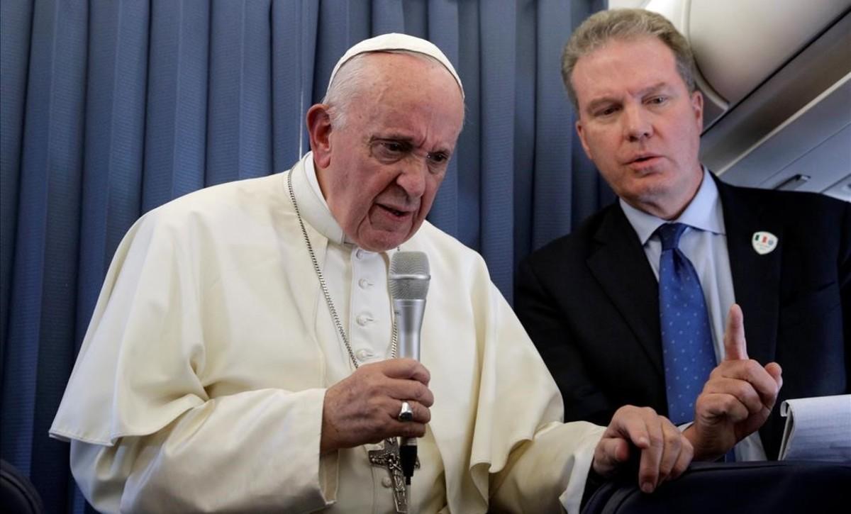 El Papa atiende a los medios en su regreso desde Dublín.