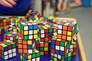 Cubos de Rubik en una tienda de Suffolk (Reino Unido).